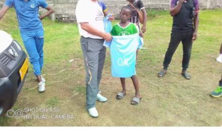 Gabon-Football amateur: Parfait Ndong distribue des kits sportifs